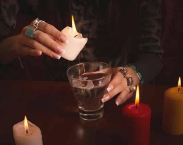 гадалка со свечёй