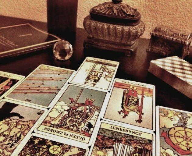 карты таро разложенные гадалкой на столе